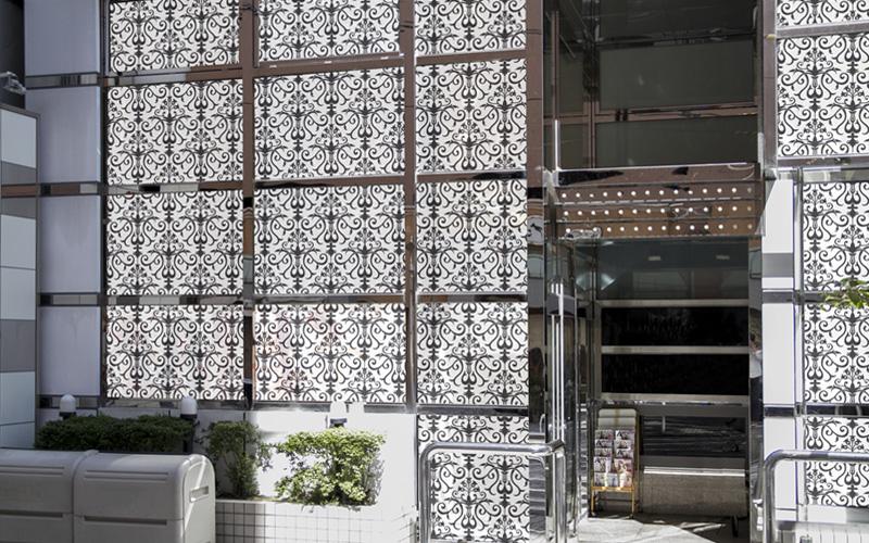 店舗用窓ガラスにアラベスク柄のデザイン